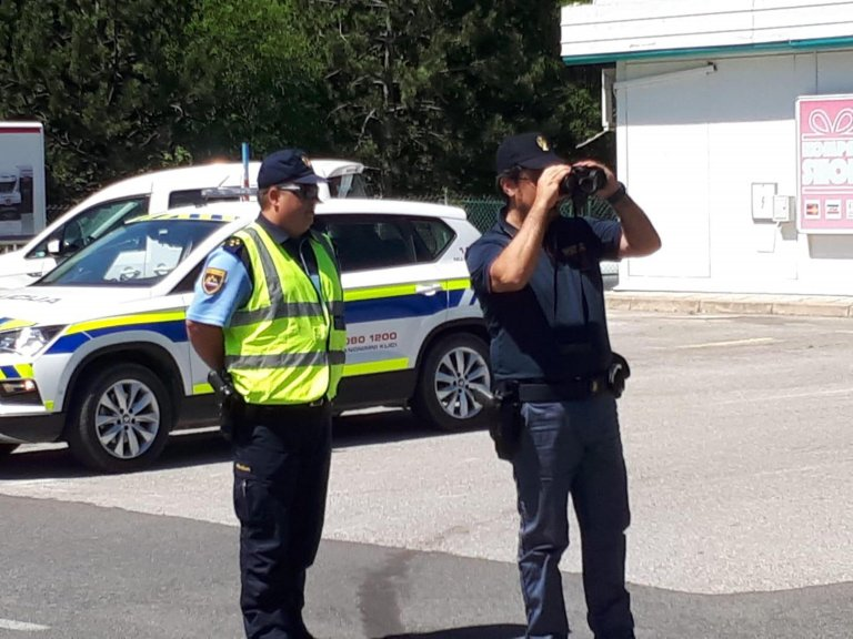 دورية مشتركة لمراقبة المنطقة الواقعة على الحدود بين إيطاليا وسلوفينيا. المصدر: أنسا/ كريستينا ميتزوري.