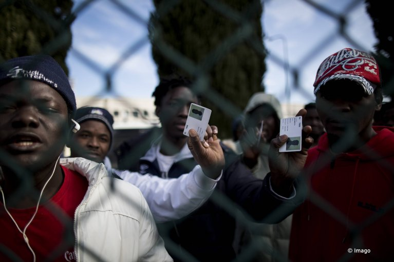 طالبو لجوء يغادرون مركز كاستلنويفو دي بورتو بعد إغلاقه/ تصوير: كريستيان مينللي