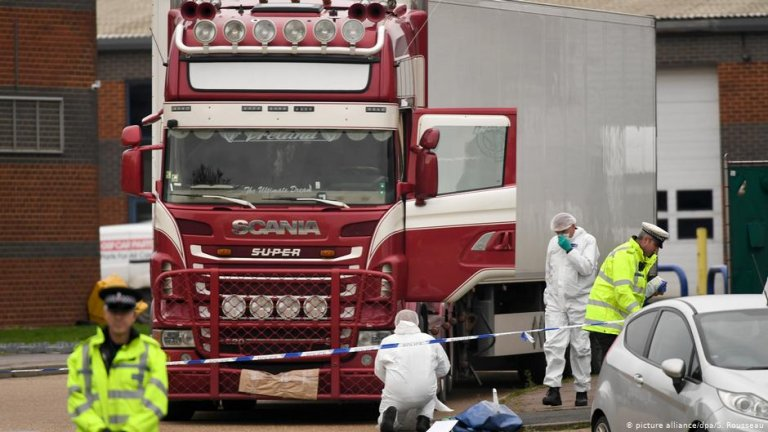 Several investigators inspect the truck in which the bodies were found | Photo: Picture-alliance/dpa/S.Rousseau
