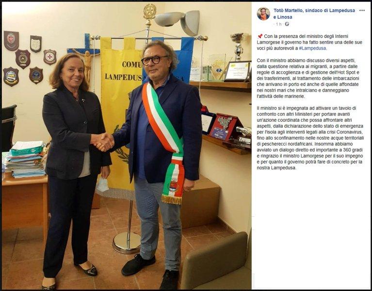 تعليق نشره عمدة لامبيدوزا توتو مارتيلو خلال زيارة وزيرة الداخلية لوتشيانا لامورغيزي للجزيرة. المصدر: أنسا / إ ف بي / توتو مارتيلو.