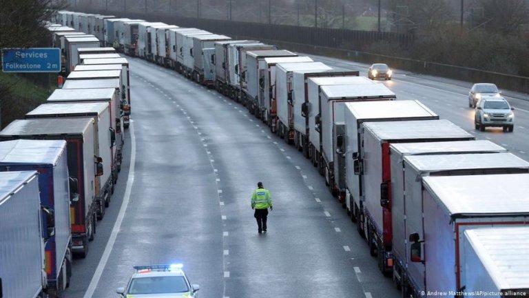 تبذل شرطة الحدود البريطانية جهودا في الكشف عن مهاجرين غير شرعيين داخل الشاحنات المتجهة إلى المملكة المتحدة. الحقوق: Andrew Matthews / AP / picture-alliance