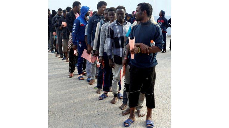 مهاجرون أفارقة في مركز اعتقال في ليبيا بانتظار عودتهم إلى بلدهم 28-11-2017 (رويترز)