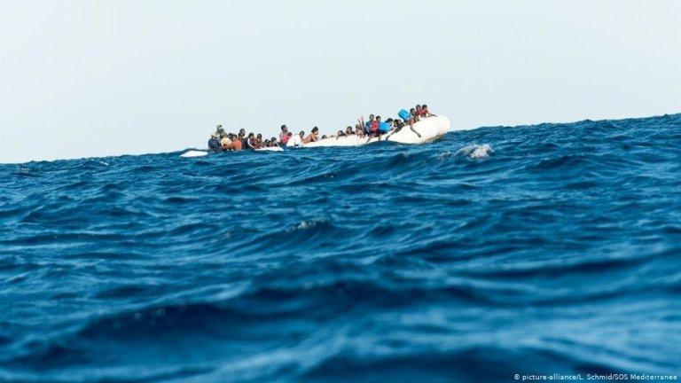 صورة من الأرشيف لمهاجرين على متن قارب مطاطي في المتوسط. المصدر: أليانس بيكتشرز