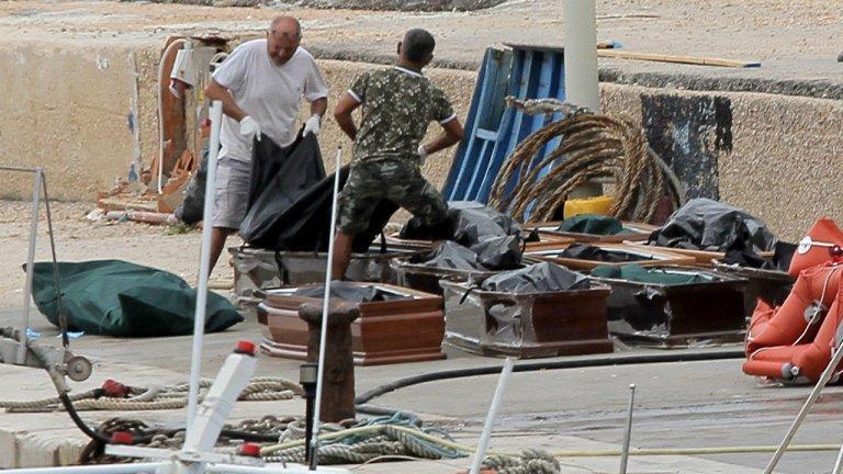 Mauro Buccarello, Reuters |Les corps des victimes du naufrage sont placés dans des cercueils à Lampedusa, le 7 octobre 2019.