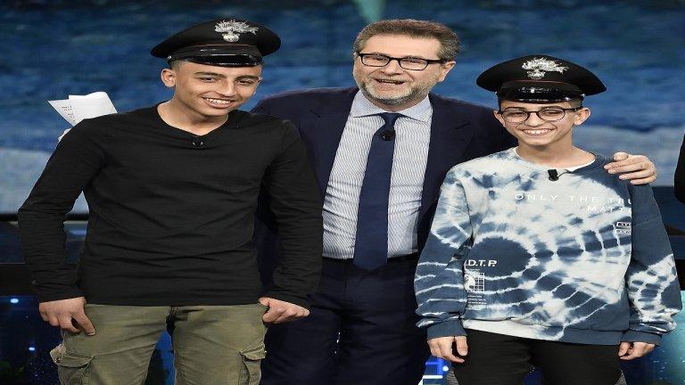 الطفلان رامي شحاته وآدم الحمامي مع المذيع فايبو فايزو خلال لقاء تلفزيوني، المصدر: وكالة أنسا