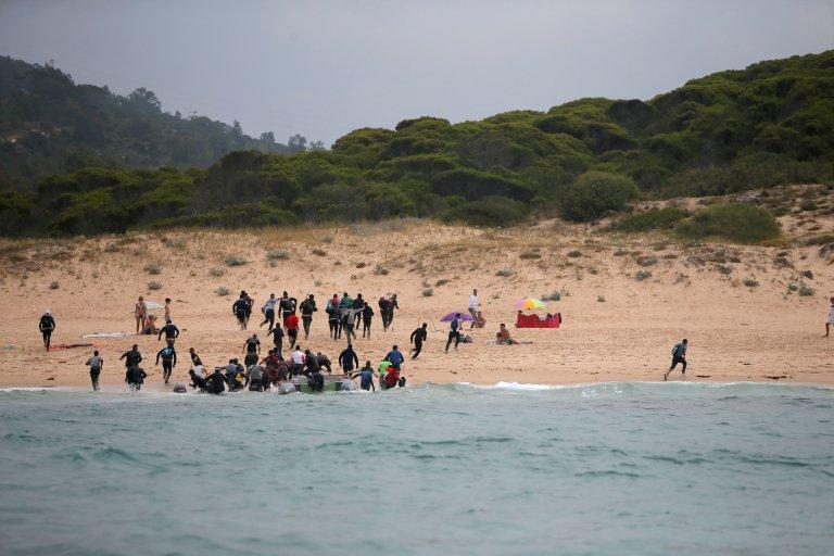 مهاجرون وصلوا إلى السواحل الإسبانية بعد ان عبروا مضيق جبل طارق قادمين من طريفة. رويترز
