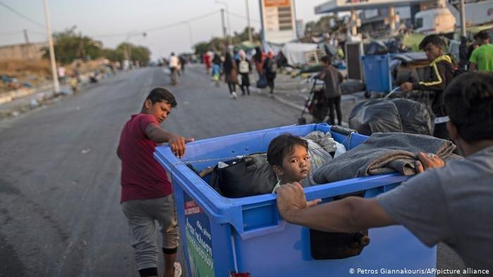 Petros Giannakouris/AP/picture alliance |انتقدت منظمة برو أزول طريقة تعامل الإتحاد الأوروبي واليونان مع أوضاع اللاجئين في اليونان
