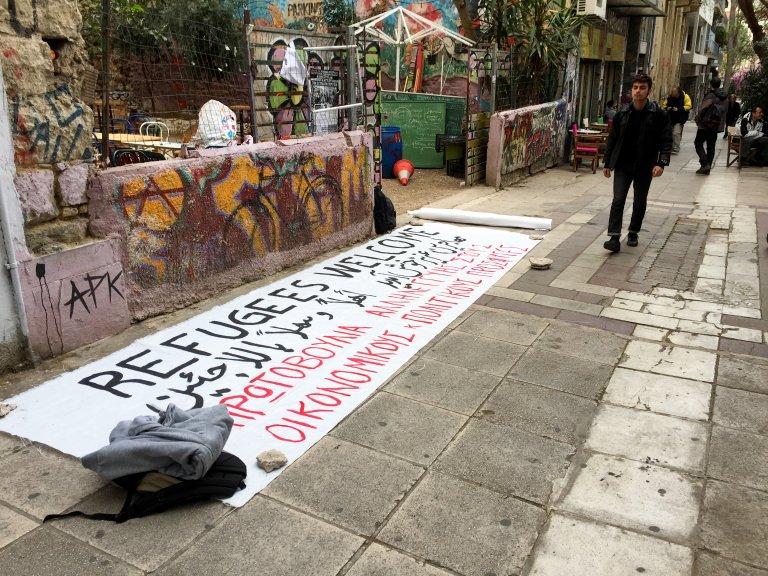 RFI / François-Damien Bourgery |Une banderole en soutien aux réfugiés finit de sécher rue Tsamadou, à Athènes, en 2016. (Photo d'illustration)