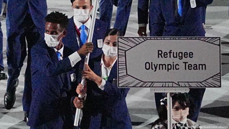 یسرا مردینی (طرف راست) و تخلووینی گاریسوس (طرف چپ) بیرق تیم پناهندگان در بازی های المپیک را حمل می کنند/عکس: Picture-alliance
