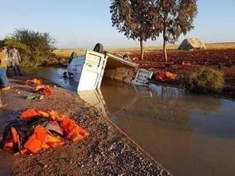 Le véhicule transportant des migrants a chuté dans un canal le long de la route entre Saidia et Nador au Maroc. Crédits : AMDH-Nador
