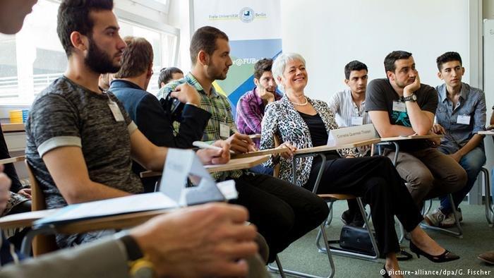picture-alliance/dpa/G. Fischer |صورة لطلاب من اللاجئين في لقاء مع وكيلة وزارة التعليم والبحث العلمي الألمانية (أرشيف)
