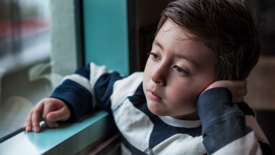 Photo d'un enfant dans le rapport du Défenseur des droits. Crédit : defenseurdesdroits.fr