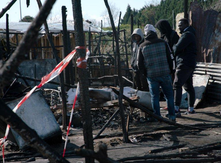 ANSA / بقايا الأكواخ بعد اندلاع حريق في مخيم سان فرناندينو بمقاطعة رجيو كالابريا في 16 شباط/ فبراير الماضي. المصدر: أنسا.