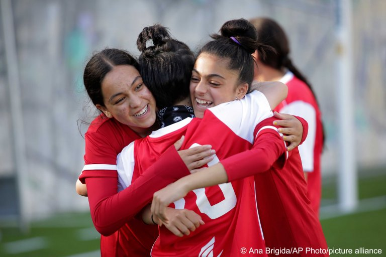 Players from the Afghan girls' national team at a soccer pitch in Odivelas, Portugal, on September 30, 2021 | Photo: Ana Brigida/AP Photo/picture-alliance