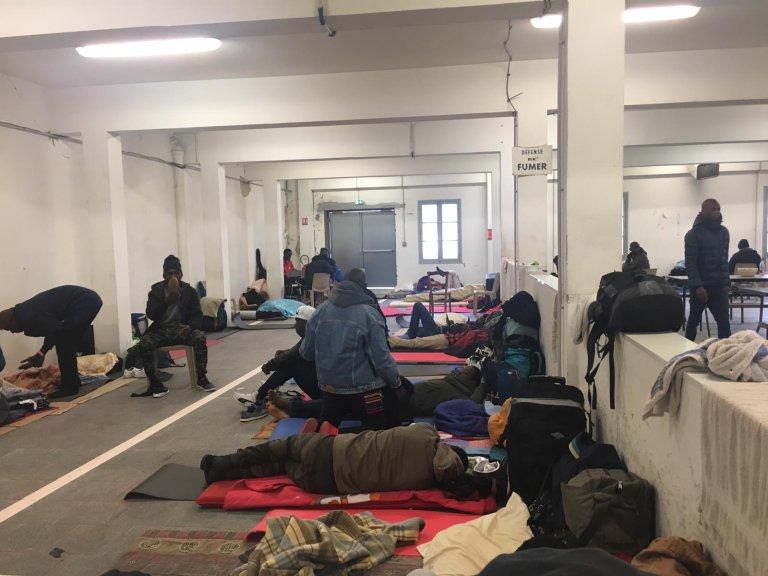 Dans le centre d'hébergement Pausa de Bayonne, les matelas sont interdits pour garantir la sécurité en cas d'incendie. Les migrants dorment sur des tapis de sol. Crédit : Rémi Carlier pour InfoMigrants