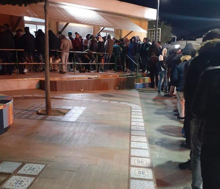 طابور توزيع الطعام داخل مركز استقبال المهاجرين في مليلية، 26 آذار\مارس 2020. الحقوق محفوظة
