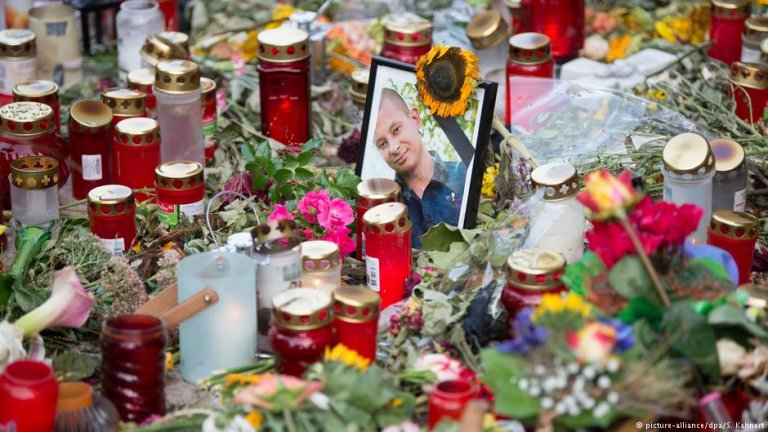 Photo of Daniel H. among flowers left by mourners | Photo: Picture-alliance/dpa/S.Kahnert