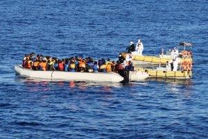 عملية إنقاذ لمهاجرين على أحد القوارب في المتوسط/ ANSA