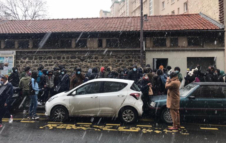 Des migrants devant l'école maternelle du 16e arrondissement de Paris, dimanche 24 janvier. Crédit : Utopia 56