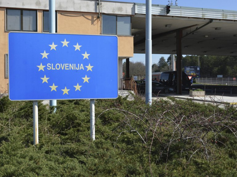A sign along the border between Italy and Slovenia | Photo: ARCHIVE/ANSA/MAURO ZOCCHI