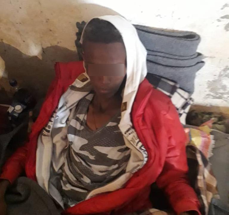 Un migrant, le visage émacié, enfermé dans le centre de Zintan. Crédit : DR
