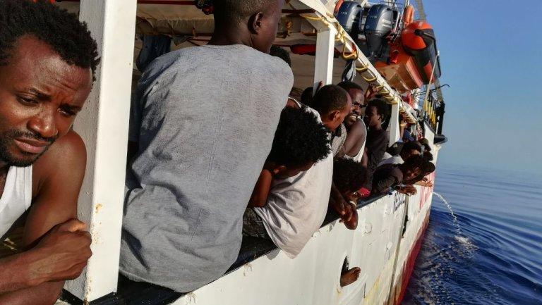 کشتی اوپن آرمز همراه با مهاجران نجات داده شده از مدیترانه. عکس از اوپن آرمز.
