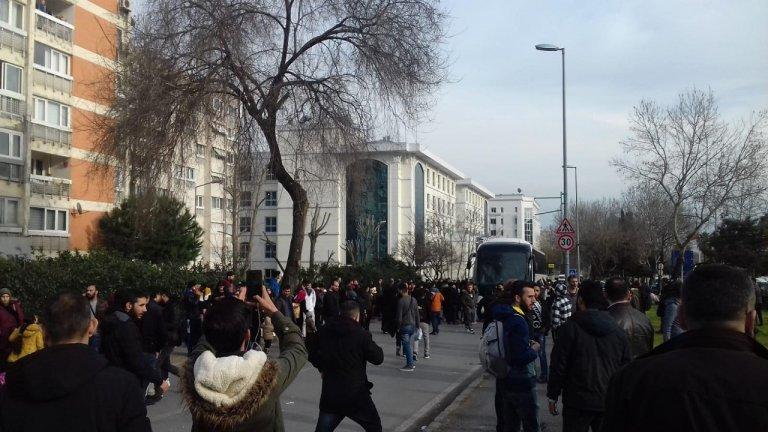 مهاجرون ينتظرون ركوب الباصات في إسطنبول. الصورة أرسلها خالد*