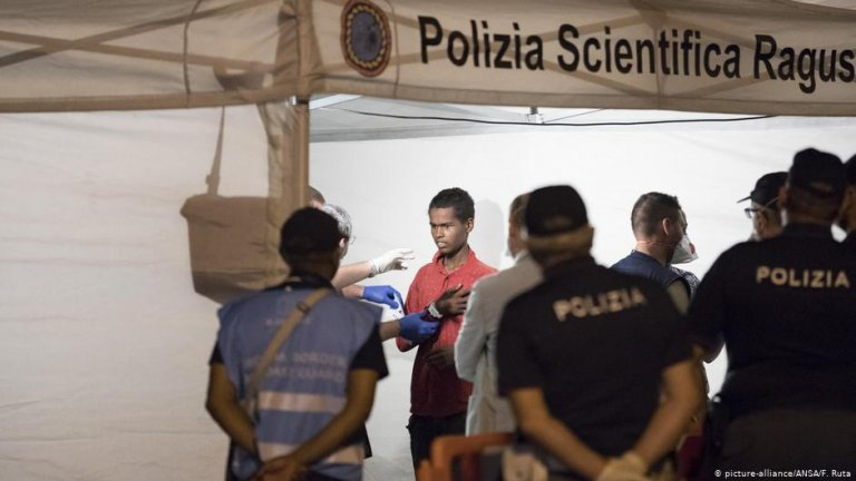 From file: Police check migrants disembarked from Frontex ship Protector at the port of Pozzallo, Sicily | Photo: Picture-alliance/ANSA/F.Ruta