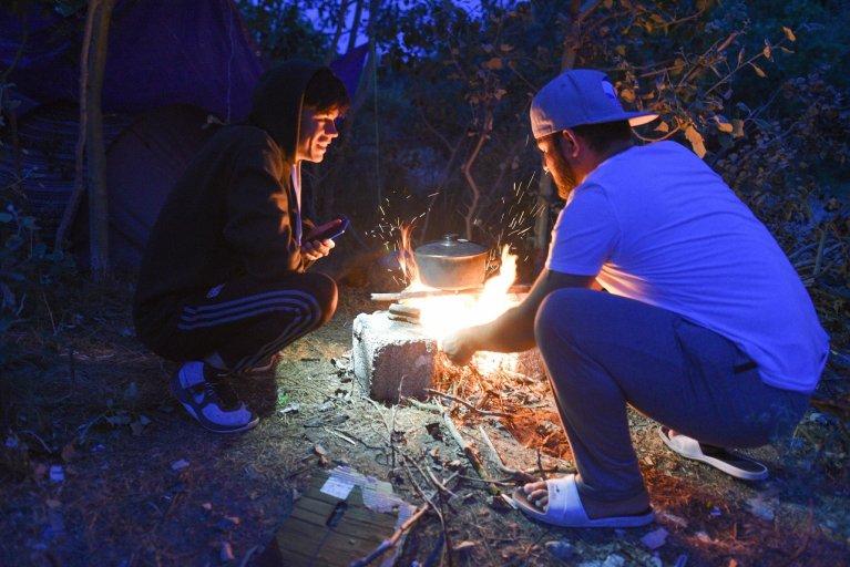 دو مهاجر در کمپ اوت در کاله که میخواهند به انگلستان بروند، جولای ٢٠١٩. عکس از مهدی شبیل/ مهاجر نیوز