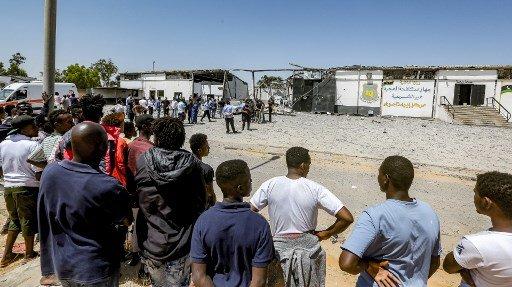 Mahmud TURKIA / AFP |Des migrants à l'extérieur d'un centre de détention à Tripoli, le 3 juillet 2019 (illustration).
