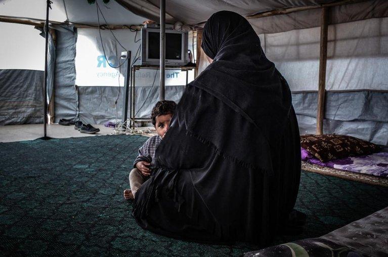 ANSA / أم وابنها غير الموثق يجلسان في خيمتهما بمخيم النازحين في كركوك بالعراق. المصدر: تو بيري - كوستا/ المجلس النرويجي للاجئين.