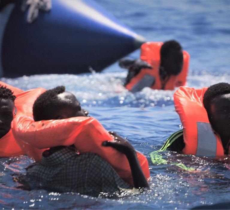 """صورة لعملية الإنقاذ الأخيرة التي نفذتها سفينة أوشن فايكنغ الاثنين 12 آب/أغسطس 2019. الصورة من حساب منظمة """"أس أو أس ميديتيرانيه"""""""