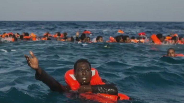 مهاجرون يصارعون أمواج المتوسط بعد غرق قاربهم/ رويترز