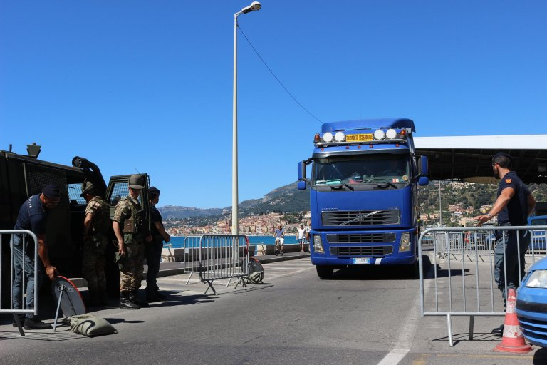 Inspections at the Ventimiglia border with France | Photo: ANSA/Lorenzo Ballestra