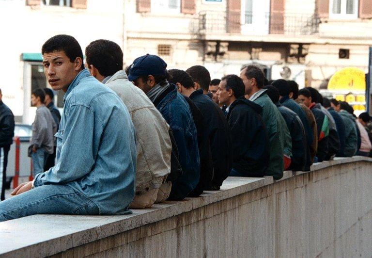 ANSA / مهاجرون من جنسيات مختلفة يتجمعون أمام مكتب الهجرة في نابولي. المصدر: أنسا / سيرو فوسكو.