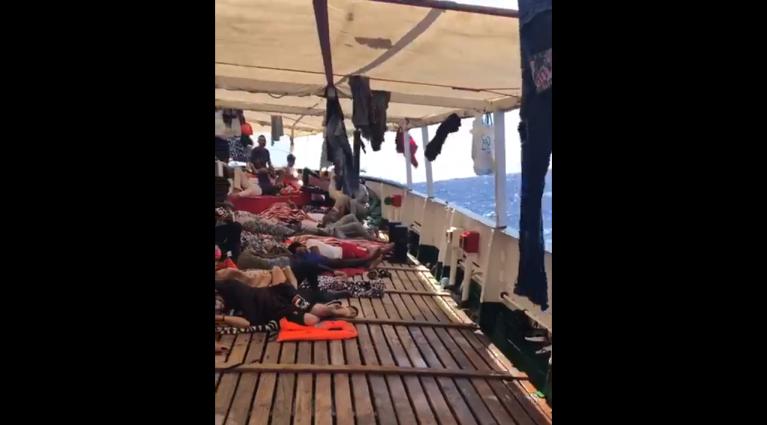 Des migrants sur le pont de l'Open Arms. Crédit : Open Arms