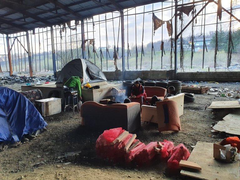 درې مهاجر د ولیکا کلادوشا ښار په یوه متروکه ودانۍ کې خیمې درولې دي. دوی وایي چې له دوو کلونو راهیسې بوسنیا کې بند پاتې دي. انځور: کډوال نیوز