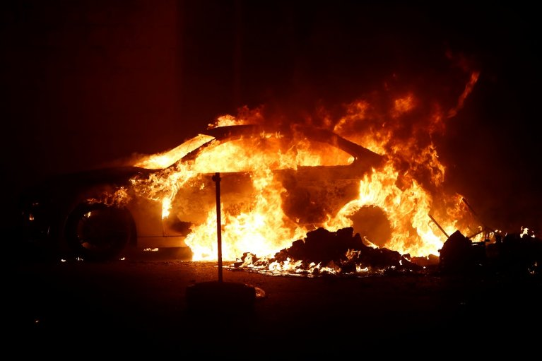 Des émeutes ont éclaté dans le centre Hal-Far, à Malte, dimanche 20 octobre. Plusieurs voitures ont été incendiées. Crédit : Reuters