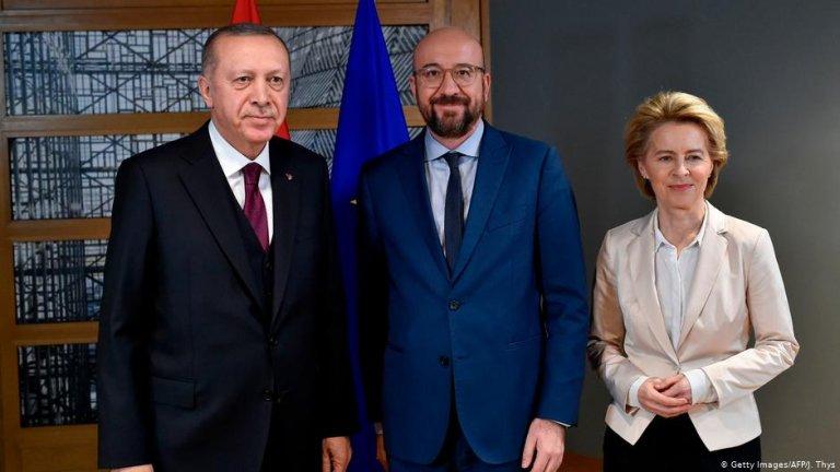 Turkish Recep Tayyip Erdogan (left) met with EU Council President Charles Michel (center) and European Commission President Ursula von der Leyen (right) in Brussels | Photo: Getty Images/AFP/J.Thys