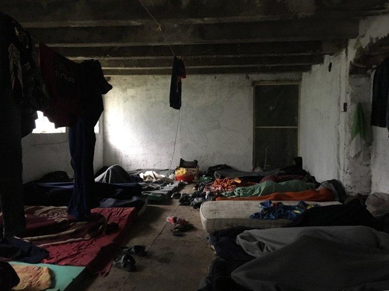 À Bihac, les migrants dorment dans un immeuble abandonné sans portes ni fenêtres.  Crédit : InfoMigrants