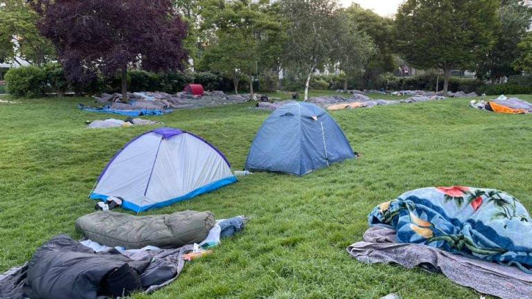 Environ 300 migrants dorment au jardin Villemin, dans Paris, depuis dimanche 30 mai. Crédit : Solidarité migrants Wilson