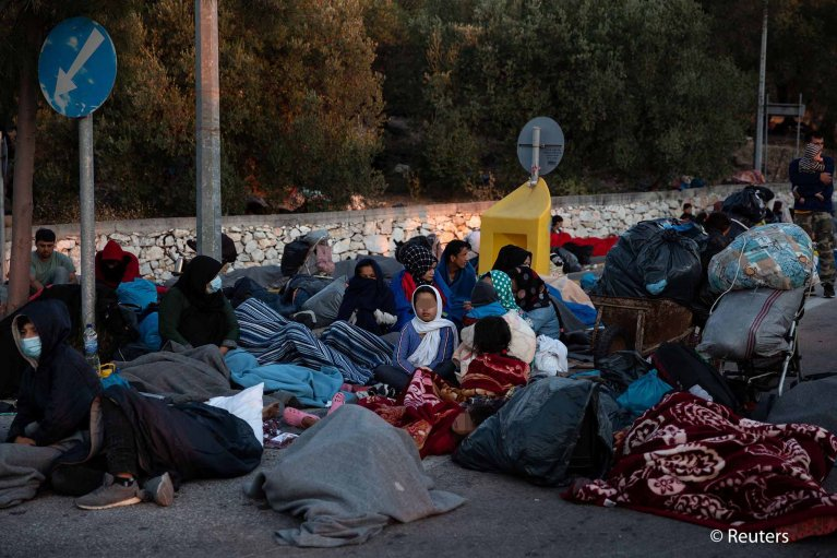 Refugees and migrants find shelter outside a gas station, following a fire at the Moria camp on the island of Lesbos, Greece, September 11, 2020 | Photo: REUTERS/Alkis Konstantinidis