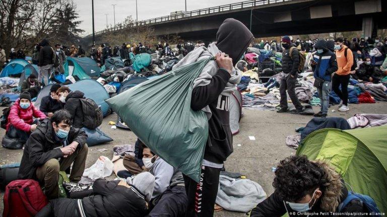 Des migrants entassés dans un campement en Seine-Saint-Denis au nord de Paris. Crédit : Picture alliance
