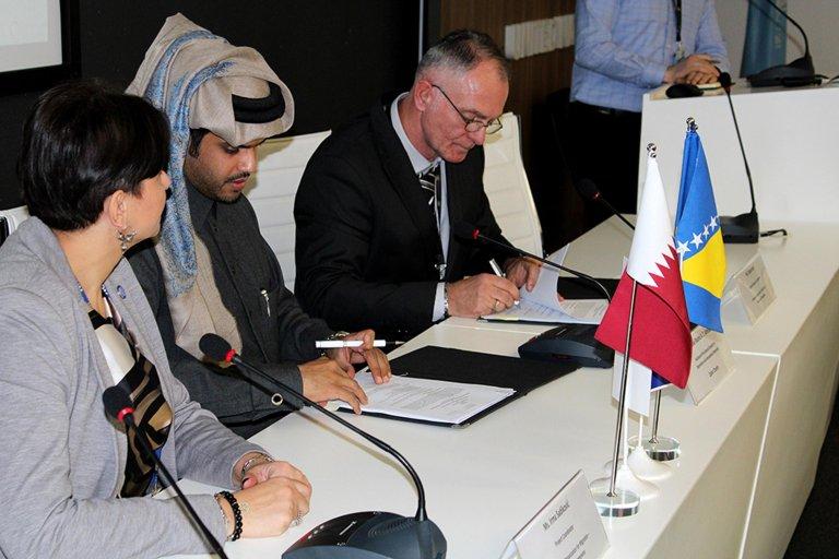ANSA / ممثلو جمعية قطر الخيرية ومنظمة الهجرة الدولية خلال مراسم التوقيع. المصدر: منظمة الهجرة الدولية.