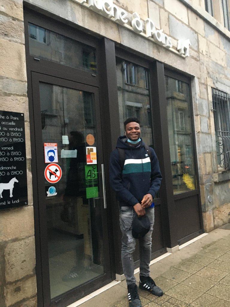 L'apprenti boulanger Laye Fodé Traoréiné est heureux de reprendre le travail à la Huche à Pain, à Besançon, il va être régularisé. Crédit : RFI