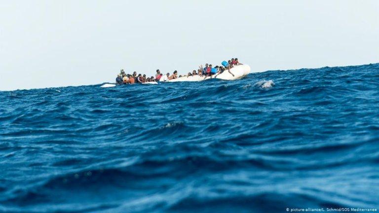 Des migrants sur un bateau pneumatique en mer Méditerranée (photo d'archives). Crédit : Picture alliance