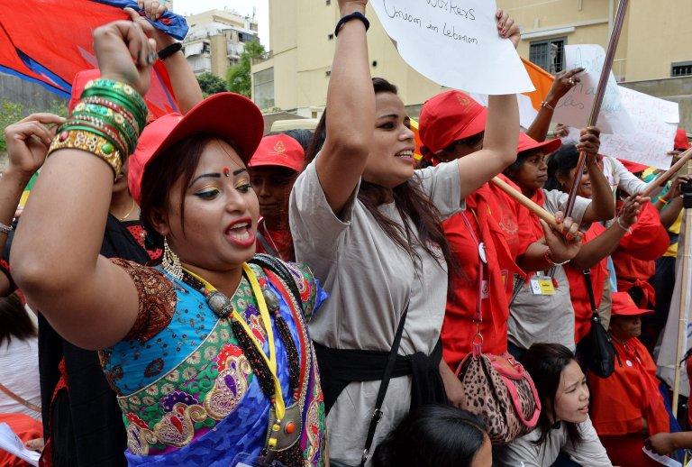 ANSA / عاملات خدمة منزلية مهاجرات من مختلف الجنسيات يرددن شعارات خلال مظاهرة في بيروت. المصدر: إي بي إيه / وائل حمزة.
