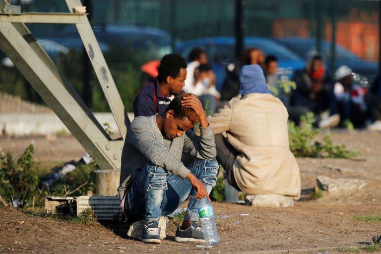 À Calais, des migrants attendent les distributions de nourriture, le 23 août 2017. Crédit : Reuters