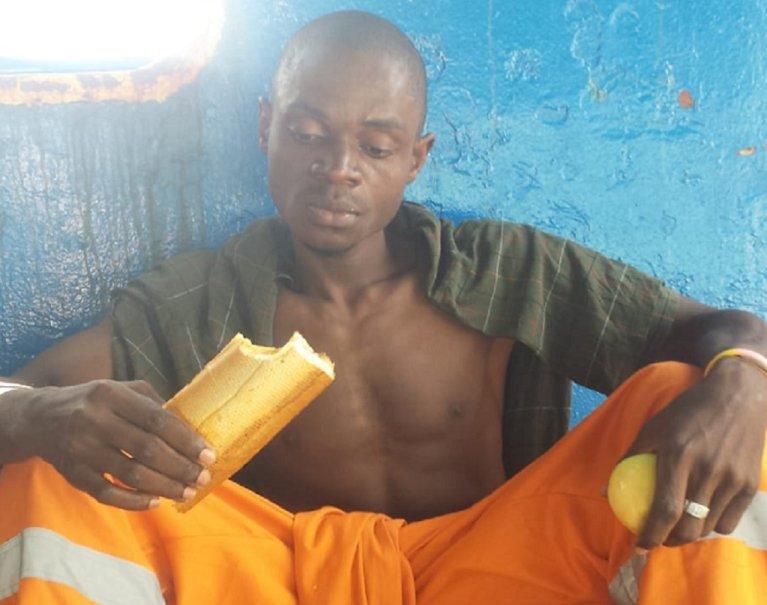 """Un des migrants à bord du """"Sarost 5"""", au large de la Tunisie. Crédit : InfoMigrants"""