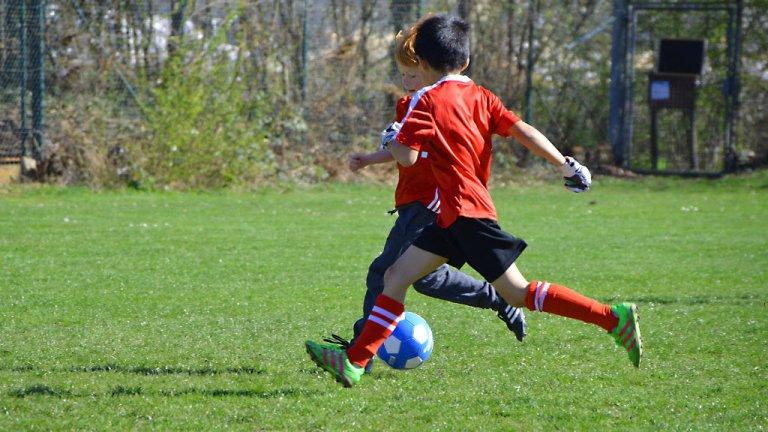 Des enfants jouent au football. Crédits : CreativeCommons